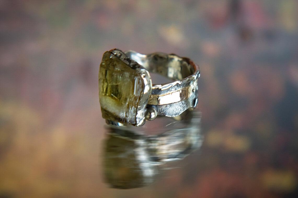 Кольцо с кристаллом султанита